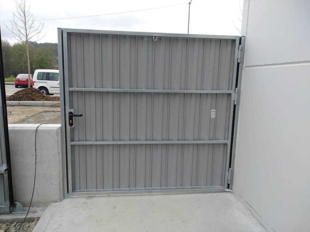 Portales corredera y batiente industriales instalados en Nigrán (Pontevedra) 6