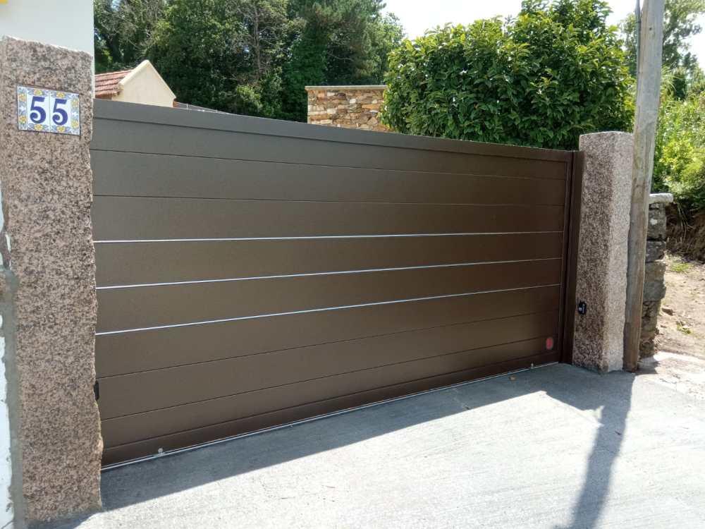 Portal corredera y puerta peatonal de aluminio instalados en Noalla (Sanxenxo) 1