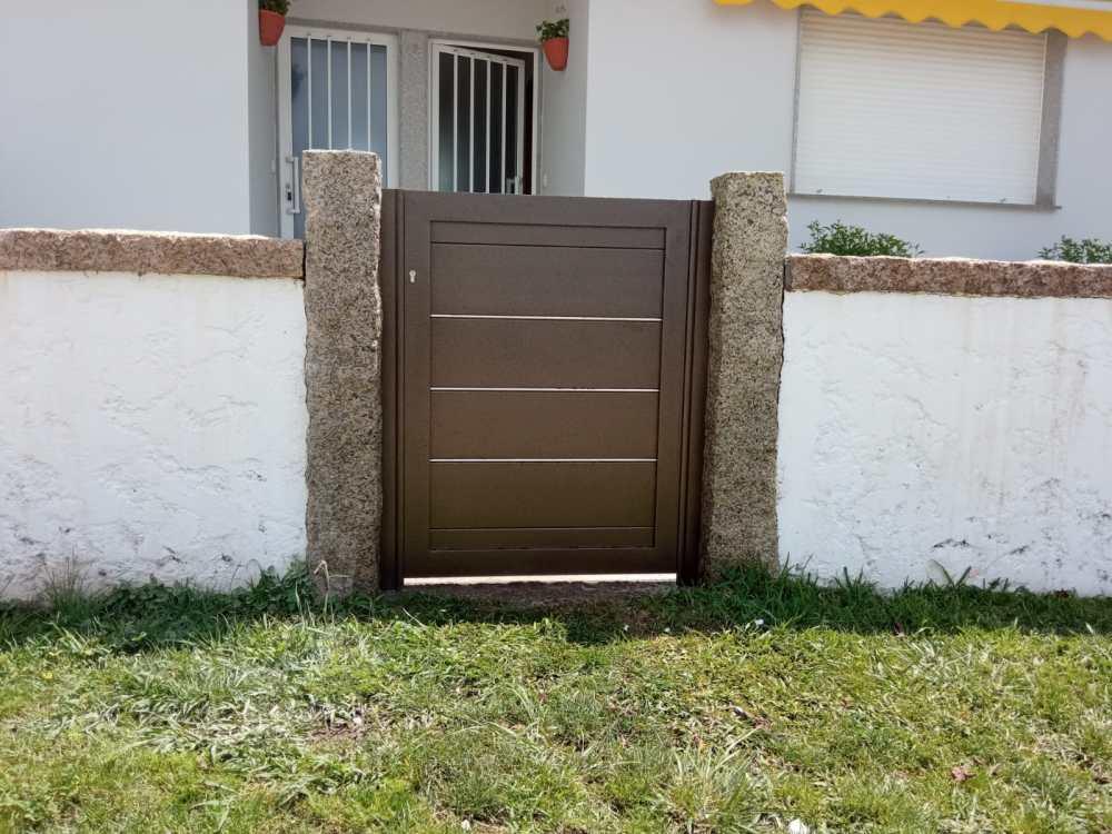 Portal corredera y puerta peatonal de aluminio instalados en Noalla (Sanxenxo) 2