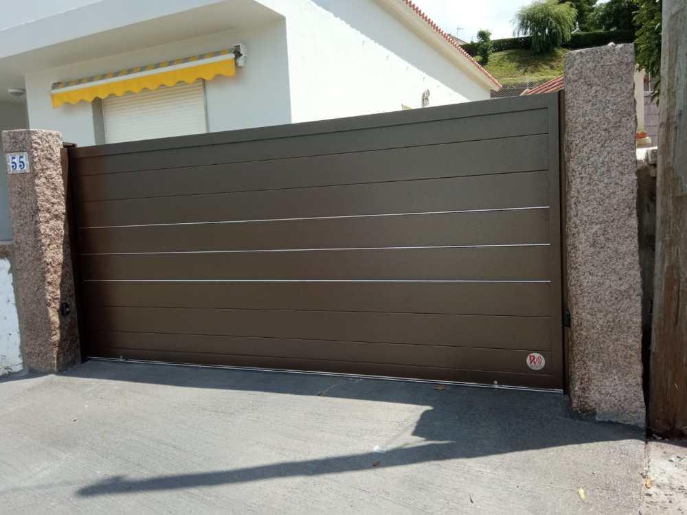 Portal corredera y puerta peatonal de aluminio instalados en Noalla (Sanxenxo) 5