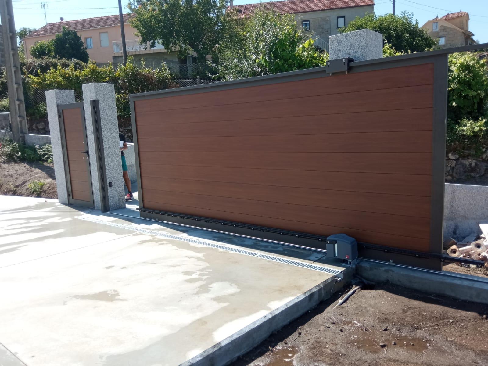 Portales de aluminio imitación madera instalados en Fornelos de Montes 1