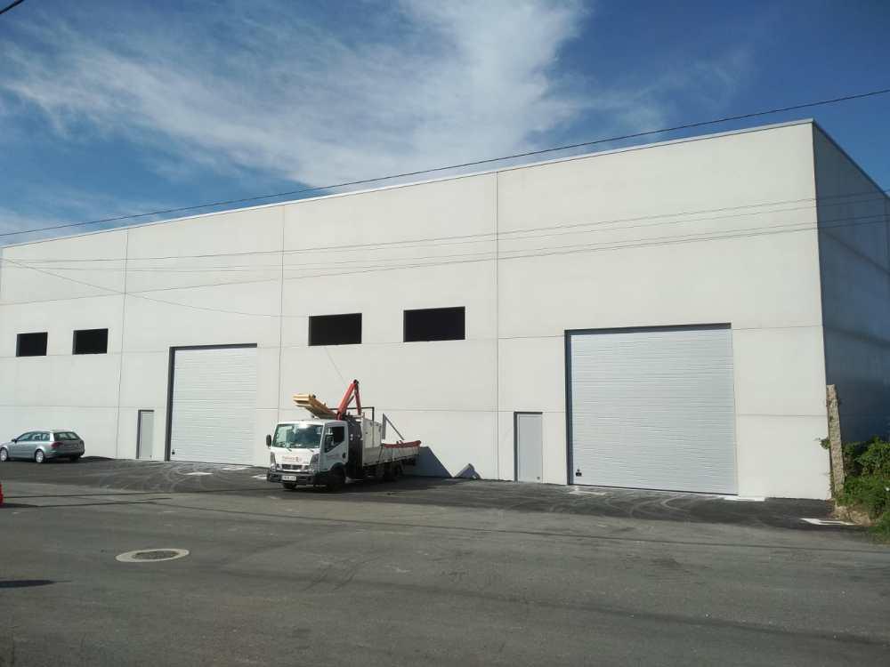 Instalación de puertas seccionales industriales Novoferm en Vilagarcía de Arousa 3