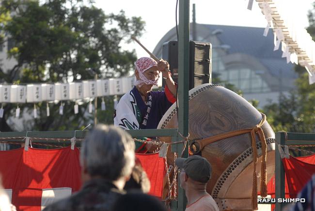 On the yagura, taiko drummer George Abe kept the beat for the dancers. (MIKEY HIRANO CULROSS/Rafu Shimpo)