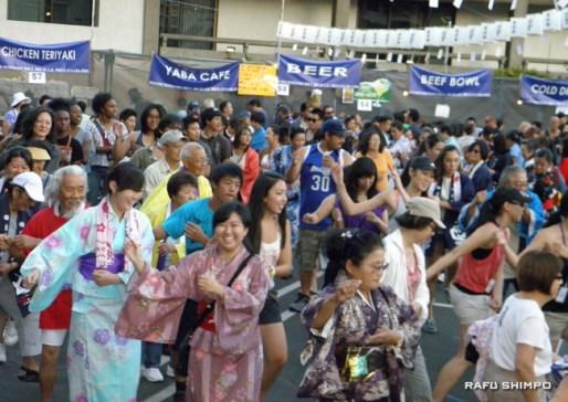 "Hundreds of dancers enjoyed doing ""Tanko Bushi,"" the coal miners' dance. (J.K. YAMAMOTO/Rafu Shimpo)"