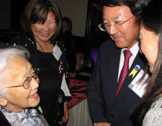 Yokkaichi Mayor Toshiyuki Tanaka chats with former Long Beach Mayor Eunice Sato and Diana Ono of Mie Kenjinkai.