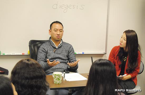 トーレンスにある「日本映像翻訳アカデミー」ロサンゼルス校で開かれた後藤太郎さんの講演会。右は、司会進行を務めた同校運営主任の藤田綾乃さん