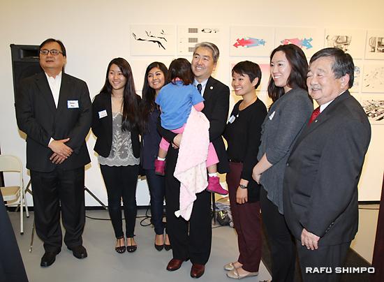 支持者と写真に納まるムラツチ議員(右から4人目)