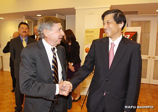 元米通商代表のマイケル・カンターさん(左)らゲストを迎える新美総領事