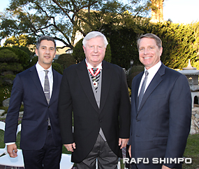 デッカー氏(中央)の叙勲を祝福する全米日系人博物館のキムラ館長(左)と南加日米協会のダグ・アーバー会長