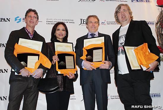 表彰状を受け取った(左から)ティム・クリング氏、ヴィッキー・シゲクニ・ウォン氏、デル・トロ監督の代理人、ドン・マーフィー氏