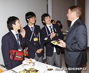 南加日米協会会長のダグ・アーバーさん(右)と会話する神戸工専の生徒たち