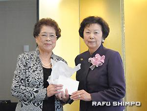 会への貢献に感謝し、猪瀬会長から記念品が贈呈された生田前会長(左)
