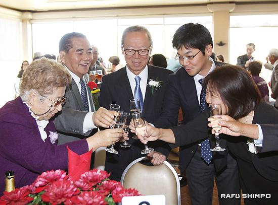 新年の乾杯をする参加者(中央が宗会長、右隣が福岡県SF事務所所長の金堀宏宣さん)