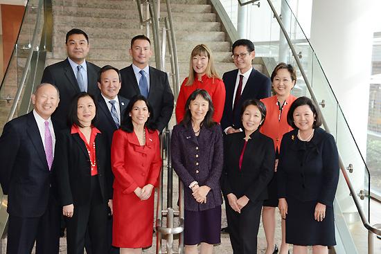 第14回「日系人訪日プログラム」のリーダーと関係者。前列左からカズ・マニワ上級副団長、セリタさん、オラルさん、キシモトさん、ヒラオカさん、イノウエ団長。中央列左からオオクボさん、オキナガさん。後列左からヤマシロヤさん、ウォルターズさん、ドウゾノさん、ミヤケさん