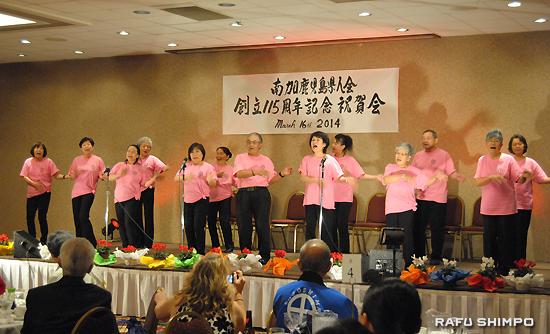 大きな声で合唱するカルカンコーラスのメンバー
