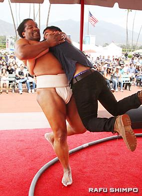 飛び入り参加者が土俵に上がり、大きな力士を押し倒した
