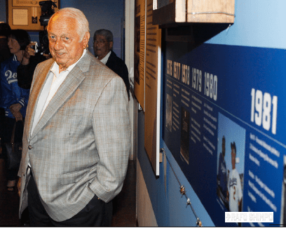 Tommy Lasorda, a Baseball Hall of Fame inductee as manager of the Dodgers, poses for photos. (MARIO G. REYES/Rafu Shimpo)