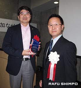 田上市長(左)に感謝の楯を贈る南加長崎県人会の前田拓会長