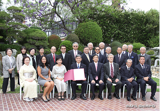 The honoree and his family and friends posed for a group photo in the garden of the consul general's residence. (JUN NAGATA/Rafu Shimpo)