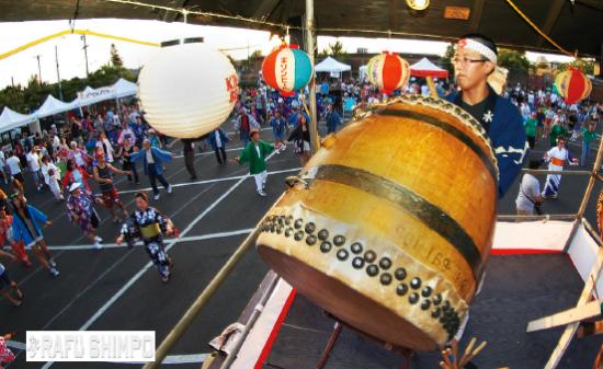 Drumming and dancing at the San Fernando Valley Obon. (MIKEY HIRANO CULROSS/Rafu Shimpo)