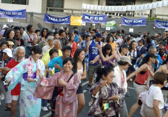 Dancers at Higashi Honganji's 2012 Obon Festival. (Rafu Shimpo photo)