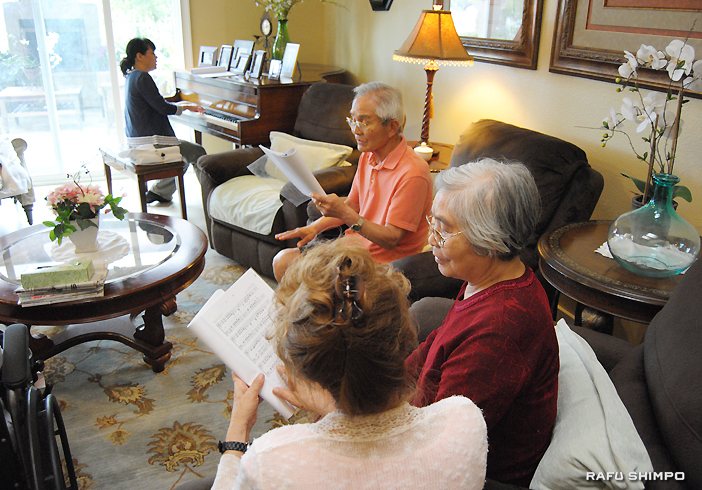 ラグナヒルズにあるJPシニアホームズで、歌のアクティビティーに参加する居住者ら