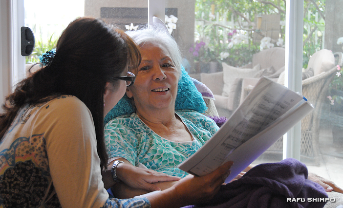 Kazuko Tsutsui, who has been diagnosed with Alzheimer's, spends a peaceful relaxing afternoon at JP Senior Homes. (RYOKO NAKAMURA/Rafu Shimpo)