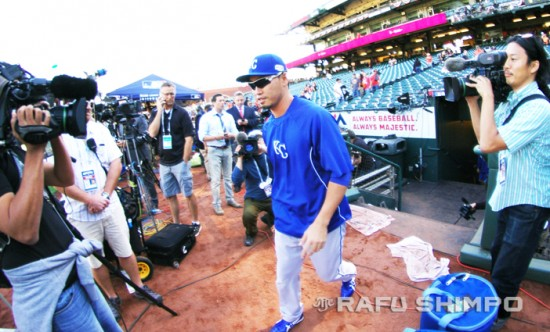 The Royals' Nori Aoki takes the field fpr pre-game warm-ups at AT&T Park.