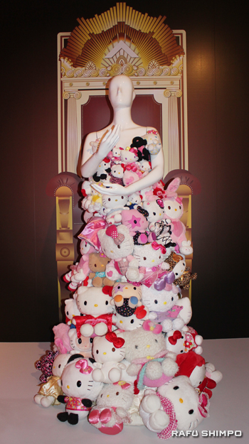 レディー・ガガが着たキティがデザインされたドレス