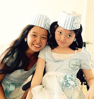昨年のハロウィーンパーティーでキャンディーショップの店員に扮した野嶋さん姉妹