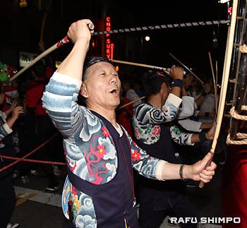 南加ねぶた囃子保存会会長の豊島年昭さん。パレードでは、笛と太鼓を元気に演奏する