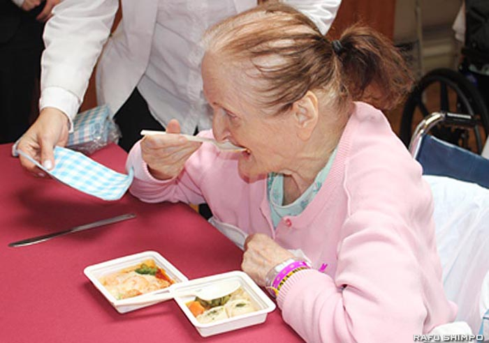 日本の介護食を試食するナーシングホームの入居者