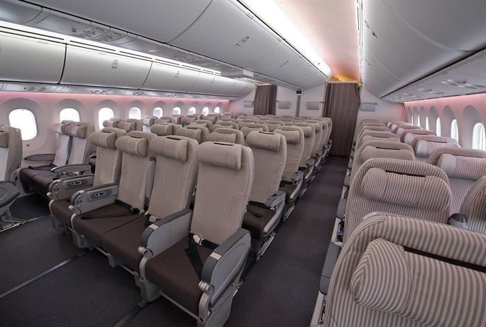 配列を2–4–2(計8席)にすることでよりスペースを確保し快適さを求めたエコノミークラス