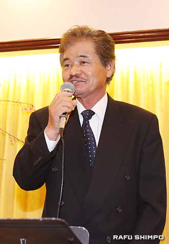 就任のあいさつに立つ小田新会長