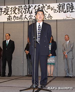 愛媛県人会について紹介する日系3世の大谷喜平会長