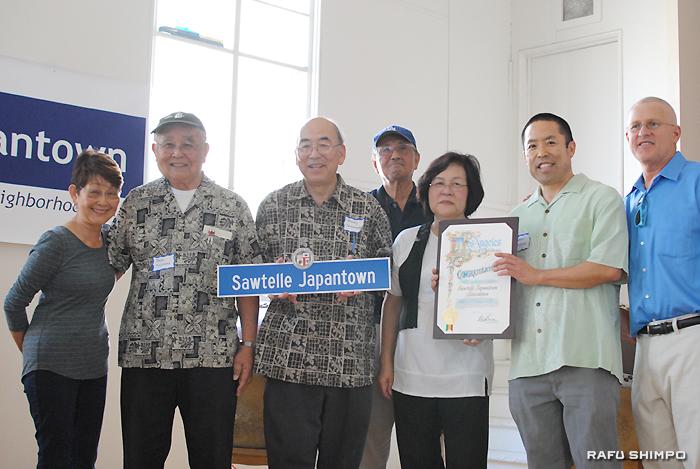 ボニン市議(右端)から感謝状が手渡されるソーテル・ジャパンタウン協会のメンバーら