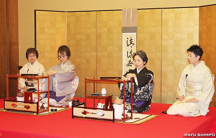 初煎会で点前を披露する清水翠元さん(中央左)と小林翠政さん(中央右)