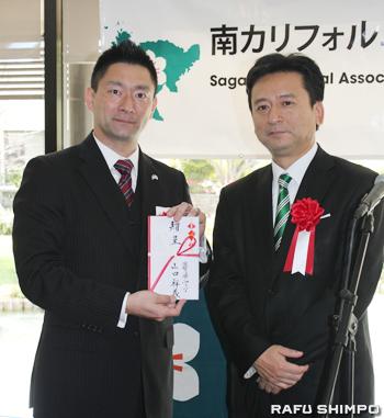 山口知事(右)から同会の飯盛会長に祝い金が贈呈された