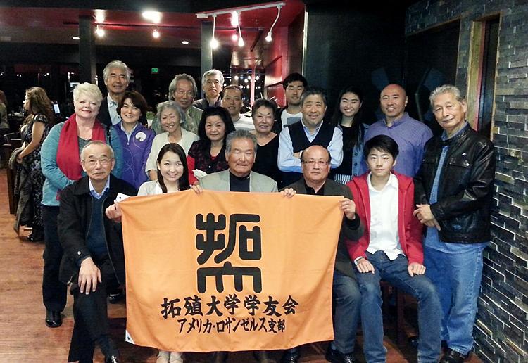 拓殖大学学友会ロサンゼルス支部による研修生2人の歓迎会。前列左から2人目が八木澤さん、右隣が古谷支部長、右から2人目が大澤さん