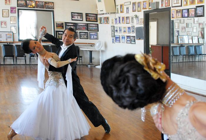 ガーデナのダンススタジオで華麗なステップを披露する新城さんとダンスパートナーのジラ・ナカモトさん