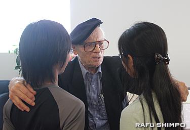 若者に自らの体験を伝えるホロコースト生存者のアイゼンバーグ氏