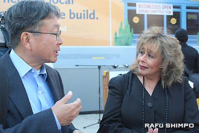 日系社会を代表し、CPRのアンジェラ・ウィンストン・プログラムマネジャー(右)に質問するクリス・駒井氏