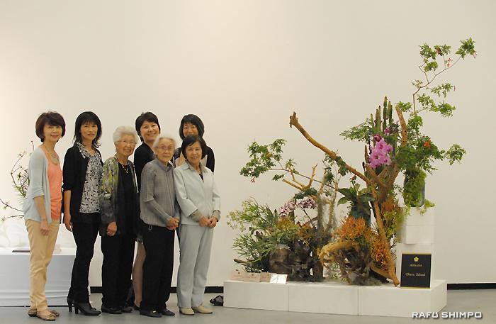 地元の花材のみを使用して共同制作した大作「LAの春」と小原流の教授陣。左から2人目がポーター支部長