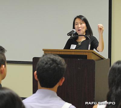基調演説をするオクシデンタルカレッジ入学審査部のヤマサキ副部長