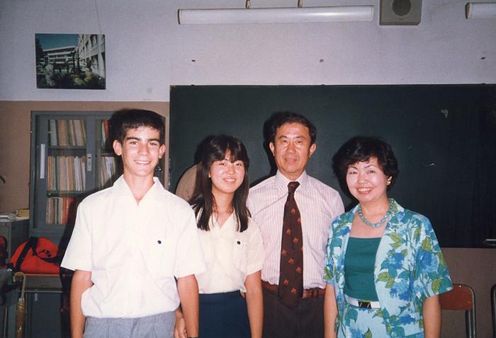 玉川学園で当時14歳だったガーセッティー市長(左端)と初対面した時の吉田さん一家(瀬戸春子さん提供)