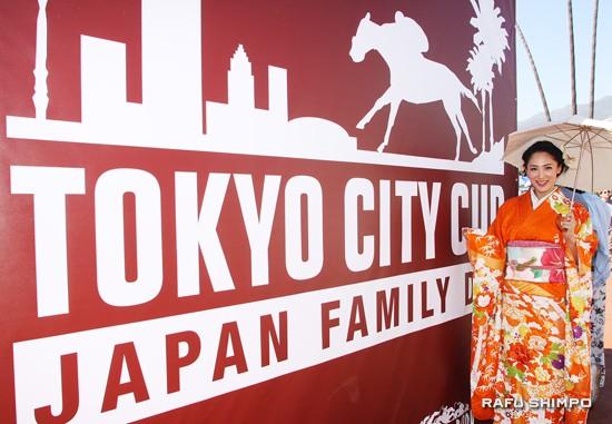 2012 Miss International World Ikumi Yoshimatsu was on hand, clad in traditional kimono.
