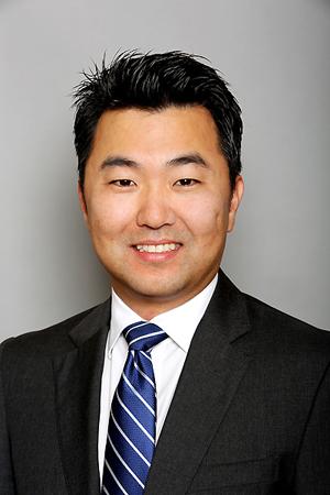 7月1日、初の韓国系市議として就任宣誓するデービッド・リュー氏