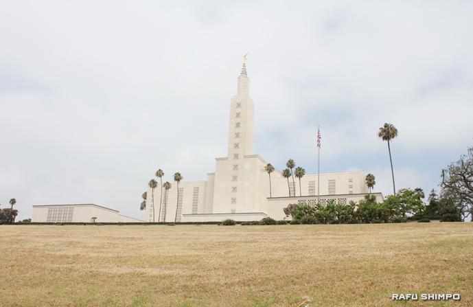 ウエストロサンゼルスにあるモルモン教神殿の芝生も干ばつによる水不足の影響で、緑色から茶色に変色している