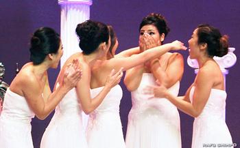 二世週祭女王決定の瞬間。名前が呼ばれ驚きの表情を見せるサラ・クニコ・ハッターさん(右から2人目)