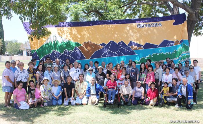 今年は新会員8人も加わり参加者全員で記念撮影する静岡県人会